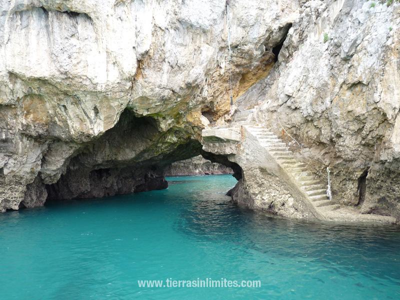 El Monte Buciero es una karst, de ahí la gran cantidad de simas  y cuevas y las extrañas formas de los acantilados