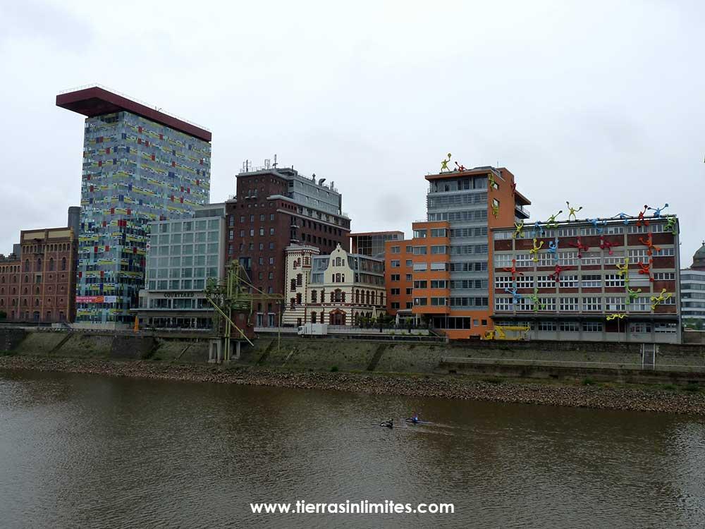Edificios hasta con muñecos en la La Speditionstrabe (avenida Speditions)
